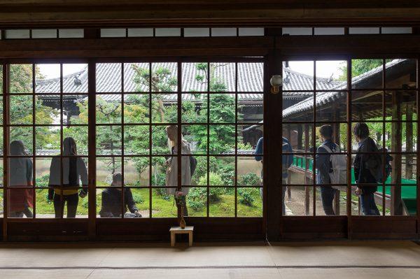 立本寺室内から建具越しに庭園を望む。右側に見える橋は本堂への渡り廊下。View Of Ryuhonji Templeu0027s Garden From  The Room Through The Window.